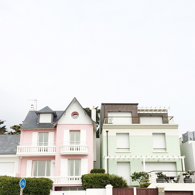 Cute houses ? #labaule #pinkhouse #minthouse